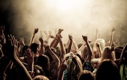 1378278253_concert-smoke-crowd-people-concert-music-youth-club-photos-crowd-cheering-the-mood-the-smoke-tools-136417-2560x1440-280x158